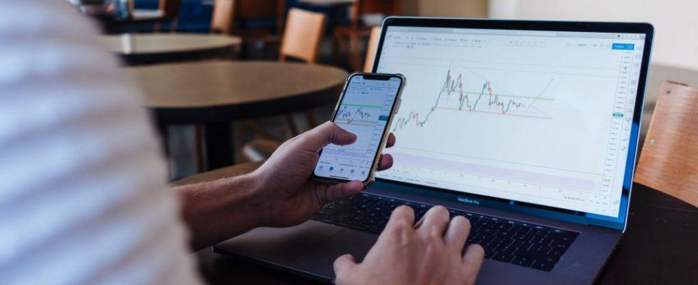 Osakkeiden ostaminen verkossa – näin helppoa se on