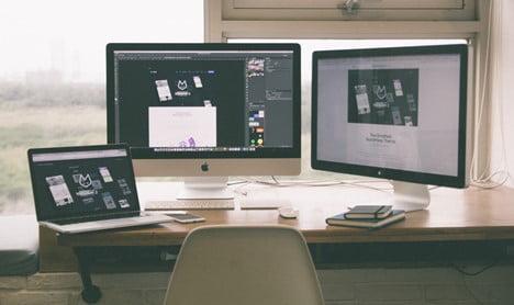 Maailma kehittyy tällä hetkellä todella kovaa vauhtia eteenpäin ja samalla teknologiakin porskuttaa modernimpaan ja upeampaan suuntaan. Uusia asioita nähdään markkinoilla jatkuvasti ja samalla yhä useampi juttu on saatavilla verkossa. Etenkin nykymaailmassa internetillä on hyvin suuri merkitys, oli kyseessä sitten yritys ja sen tekemä myynti tai vaikka keskustelupalsta. Ihmiset viettävät tänä päivänä hyvin paljon aikaa verkossa ja siksi netissä halutaan kokea ainoastaan miellyttäviä hetkiä. Esimerkiksi juurikin verkkosivut ottavat vuosittain isoja kehitysaskelia eteenpäin ja samalla tietyt trendit toistuvat monilla nettisivuilla. Viime aikoina on esimerkiksi alettu panostamaan nettisivujen nopeuteen, helppolukuisuuteen ja mobiilitoimivuuteen. Etenkin mobiililaitteiden käyttäminen esimerkiksi internetin selaamiseen on kasvanut räjähdysmäisesti ja siksi nettisivujen pitää toimia sulavasti kaikilla laitteilla. Se ei rajoitu ainoastaan perinteisiin sivuihin, vaan sama voi koskea esimerkiksi pelejä ja nettikasinoita. Erityisesti parhaat nettikasinot ovat panostaneet siihen, että niillä pääsee pelaamaan laitteesta riippumatta. Katso parhaat uudet nettikasinot täältä ja suuntaa pelaamaan hienojen sivujen ja designien parissa! Vuosien mittaan netissä ollaan nähty erilaisia trendejä ja seuraavaksi käydäänkin läpi, mitkä asiat nettisivujen suunnittelussa korostuvat vuonna 2021. Vuoden 2021 nettisivujen trendit Tumma tausta - Kun nettiä selailee tänä päivänä, huomaa, että tummien taustojen määrä nettisivuilla on kasvanut todella paljon. Alun perin tummuus lähti siitä, että sivut näyttivät huomattavasti modernimmilta. Nykyään on kuitenkin huomattu myös se fakta, että tumma sävy on paljon silmäystävällisempi vaaleaan verrattuna. Sen vuoksi esimerkiksi puhelimet, tietokoneet ja jotkin sovellukset ja verkkosivut antavat käyttäjälleen mahdollisuuden käyttää joko tummaa tai vaaleaa teemaa. Erilaiset design-elementit ja tekstit myös korostuvat ja näyttävät paljon hienommilta, kun käy